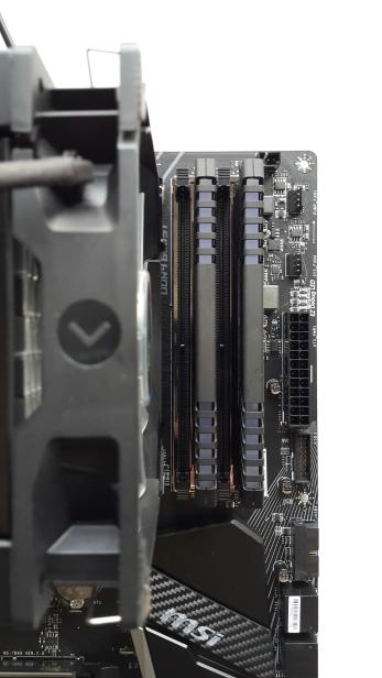 Auch CPU Kühler ohne besondere Heatpipe-Konstruktion, sind weit genug von den RAM-Slots entfernt.